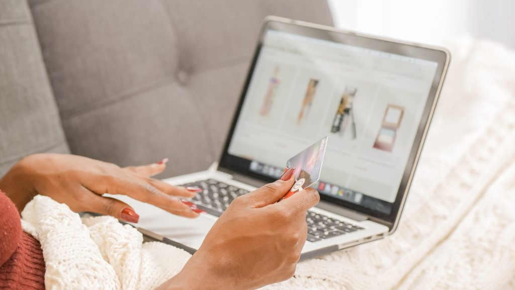 how to chose the right ecommerce platform to start your online clothing store